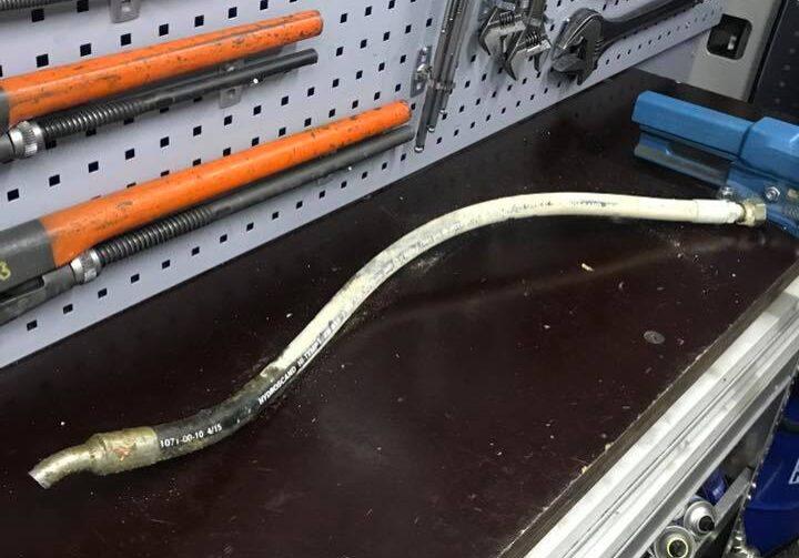 skift af gammel hydraulikslange